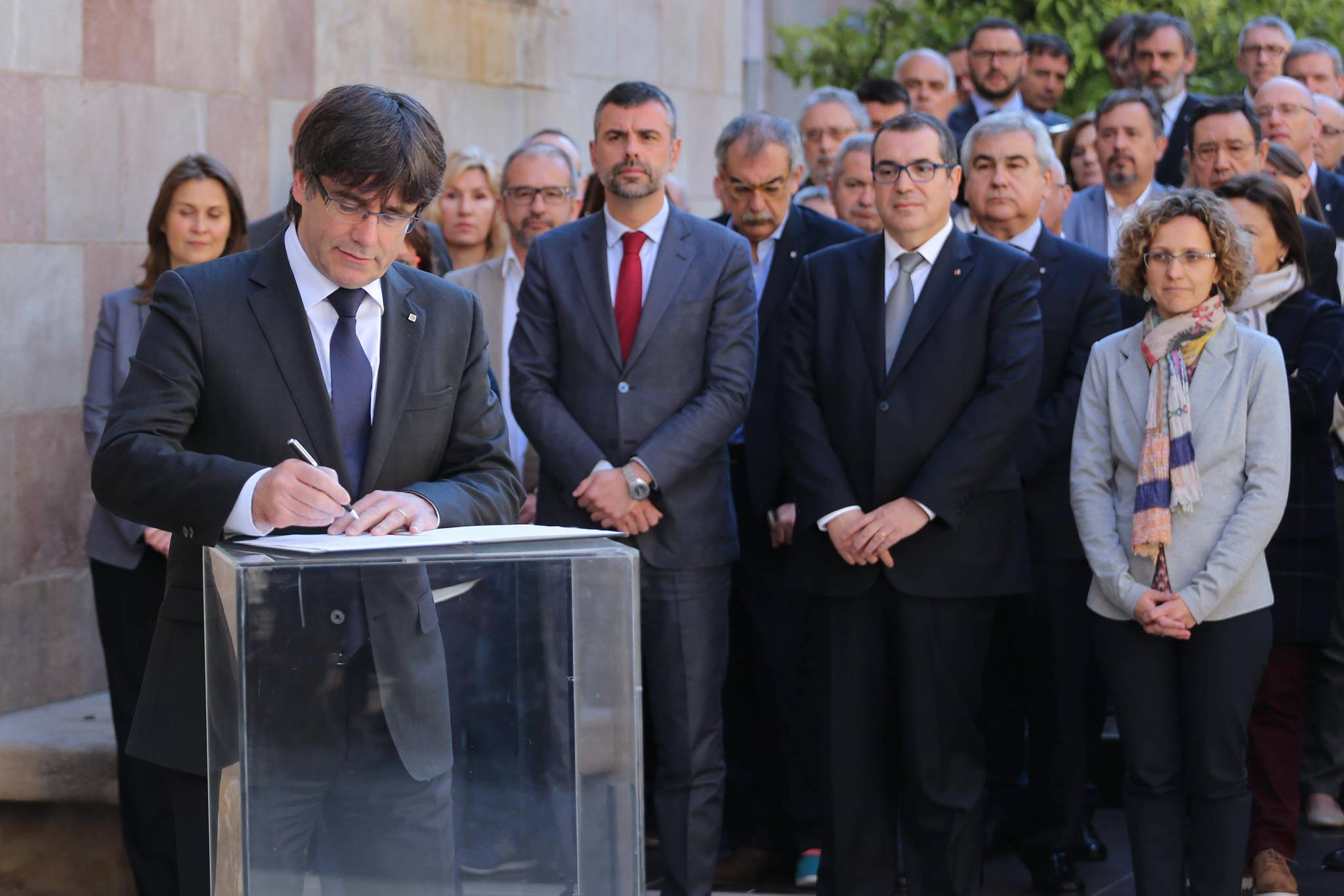 President Puigdemont signs the manifesto